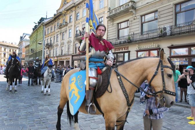Святкова хода, Король Лев і Королева Констанція, Berbeque Fest: як львів'яни святкують День міста фото 2