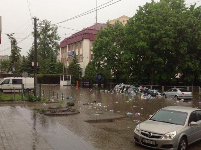 УЛьвові після зливи сміття знеприбраних майданчиків розмило по місту