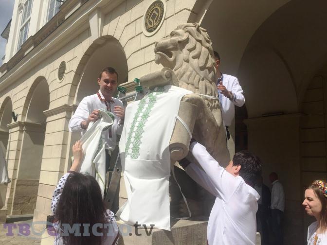 Фото дня  статуї на площі Ринок одягли у вишиванки bb2f38de77be6