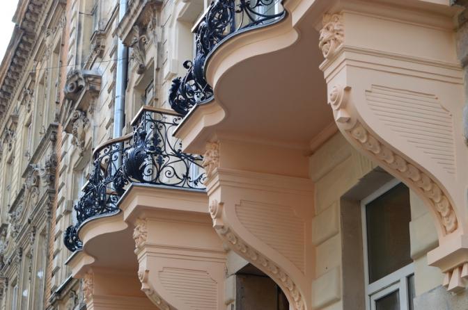 Фотофакт: у Львові реставрують старовинні балкони фото 1