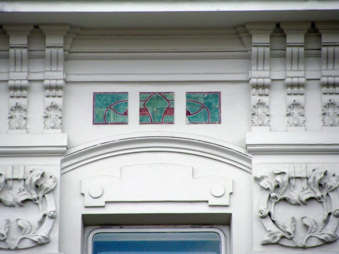 Майолікова плитка на фасаді будинку на вулиці Богомольця, 6 (facebook.com/LvivArchitecture)
