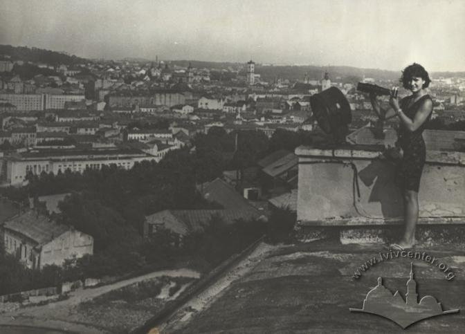 lvivcenter.org, Фотографиня на даху. Творець: Невідомий. Дата: 1960-1991
