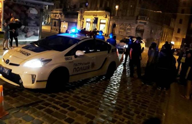 Не помітили: у Львові поліцейський автомобіль збив жінку на пішохідному переході фото