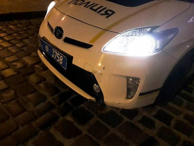 Не помітили: у Львові поліцейський автомобіль збив жінку на пішохідному переході фото 1