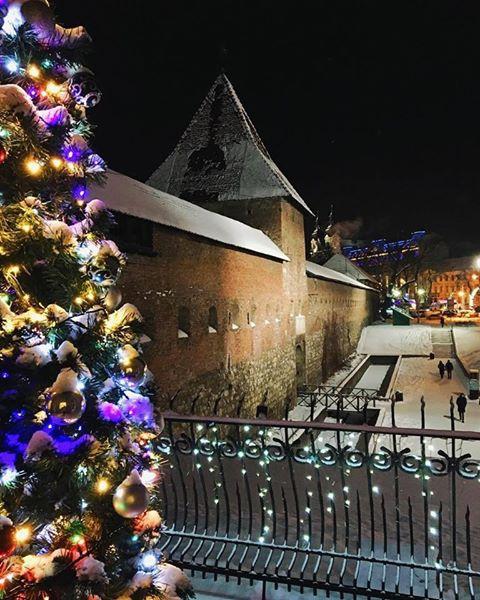 Зимовий настрій: соцмережі заполонили фото засніженого Львова й Карпат фото