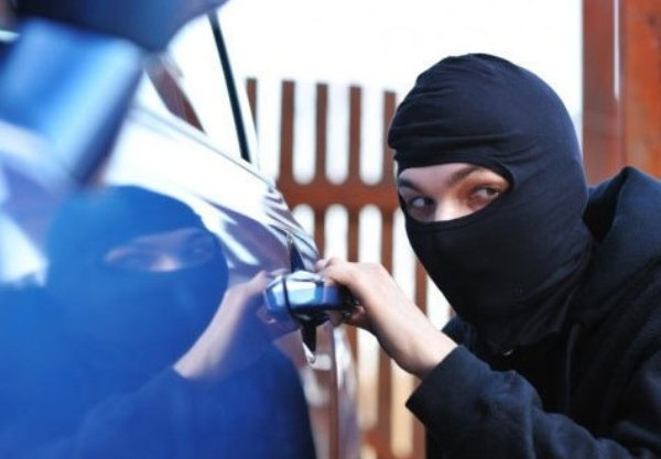 На Прикарпатті правоохоронці затримали злочинну групу, яка скоїла крадіжку грошей з автомобіля (ФОТО)