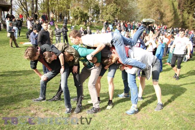Фоторепортаж: як львів'яни святкують Великдень у Шевченківському гаю фото 1