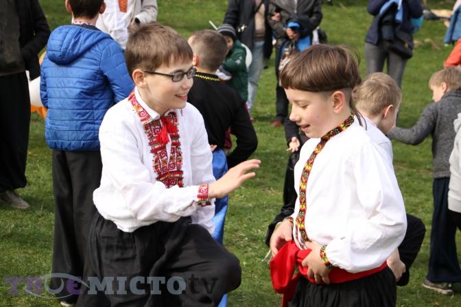 Фоторепортаж: як львів'яни святкують Великдень у Шевченківському гаю фото 2
