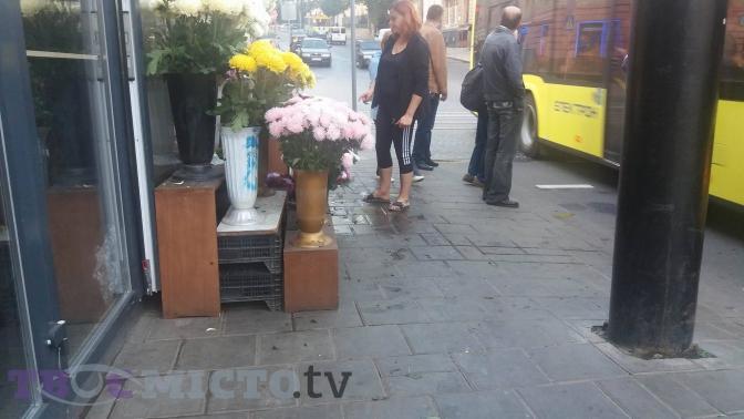 Фотофакт: продавці Стрийського ринку звільнили тротуар від квітів фото