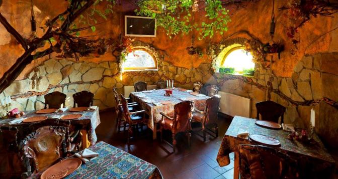 b23b8d87fd4af9 Ресторан знаходить недалеко від центру Львова. Утім розташований він у  мальовничому куточку з деревами довкола. Сама ж будівля ресторану схожу на  невеликий ...