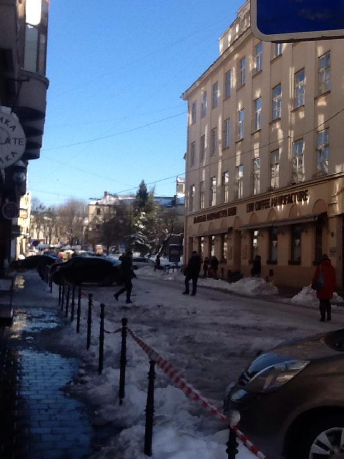 Бережись: у Львові через падаючі брили льоду закрили парковку фото