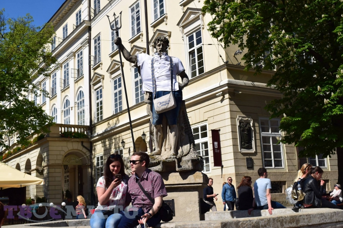 Фото дня  античні статуї у Львові вбралися у вишиванки 57765904d318a